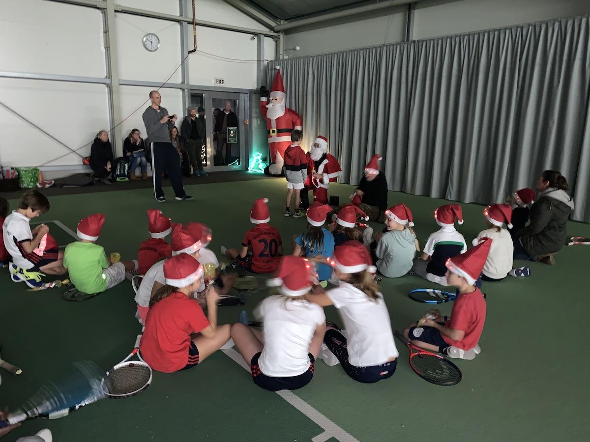 Tennis-Nikolaus im DHC verteilt Geschenke