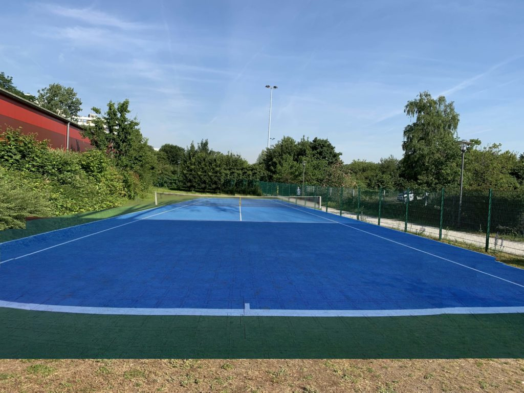 Freifläche neben der Tennishalle